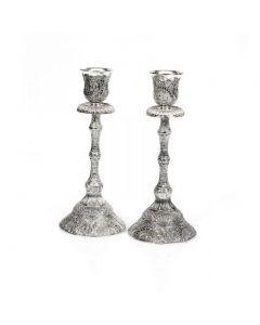 זוג פמוטים גבוהים במראה עתיק עשויים פילגרים מוכספים ומעוטרים