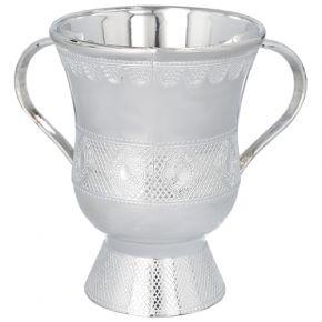 נטלה מהודרת מדגם גביע ובצבע כסף